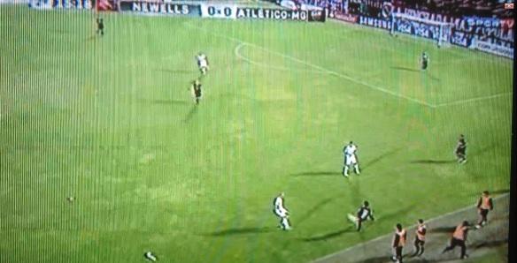 Ronaldinho não acompanha Mateo e deixa o camisa 5 livre para receber a bola