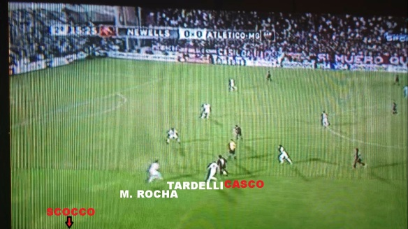 Casco atrai a marcação de Marcos Rocha e Tardelli, deixando Scocco livre na esquerda